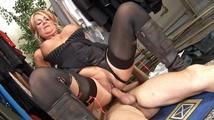Femme Cougar gros nichons baise avec un jeunot