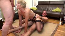 Les hommes baisent le cul et la chatte de la femme