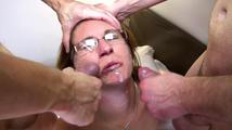 Une vierge du cul se fait baiser par deux mecs